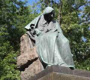 Памятник Гоголю на Никитском бульваре в Москве