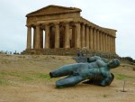 Упавший Икар на фоне Храма Согласия (Concordia) в Агридженто (Сицилия)