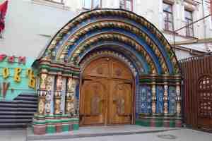 Старинная деревянная дверь у входа в ресторан Борис Годунов (Москва)