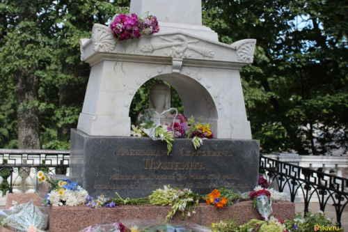 Памятник на могиле Пушкина А.С.