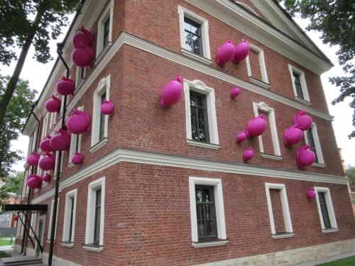 Дом коменданта (с инсталляцией в виде ползущих улиток). Новая Голландия (Санкт-Петербург)