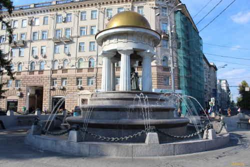 Фонтан-ротонда «Наталья и Александр» Площадь Никитские Ворота. (Москва)