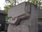 Могила Оскара Уайльда на кладбище Пер-Лашез (Париж) - francebymarina.com