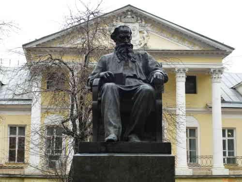 Памятник Льву Толстому во дворе дома 52 по ул. Поварская