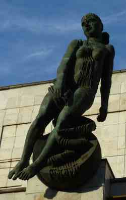 Скульптура во дворе здания Академии наук (Москва)