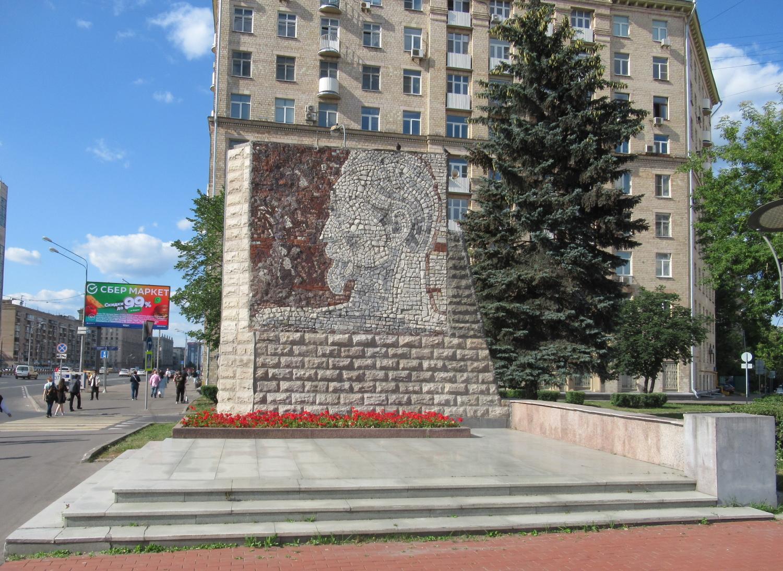 Барельеф Феликса Дзержинского у метро Алексеевская (Москва)