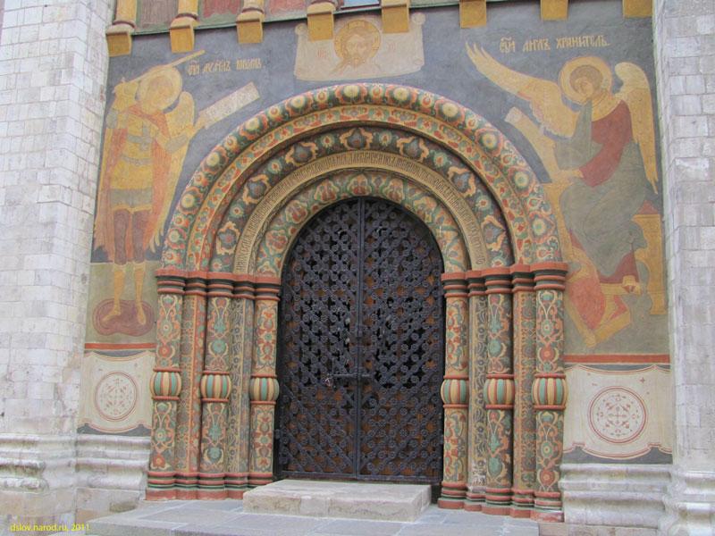 Москва. Вход в Успенский собор