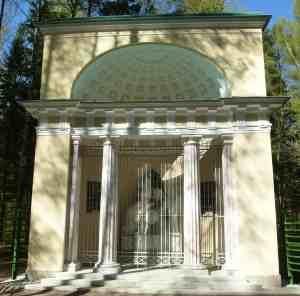 Павловский парк. Памятник родителям