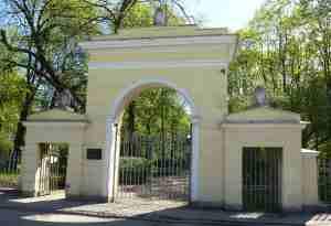 Литераторские мостки. Входная арка (Санкт-Петербург)
