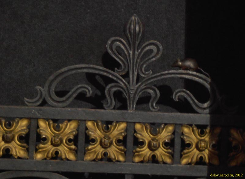 Мышка на ограде Домского собора