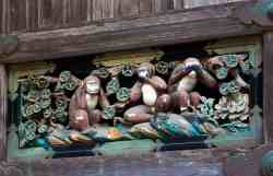 Ничего не вижу, ничего не слышу, ничего никому не скажу. Три обезьяны над дверьми синтоистского святилища Тосёгу в японском городе Никко