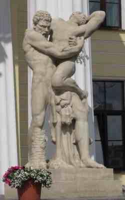 Геркулес, удушающий Антея. Здание Горного университета (Санкт-Петербург)