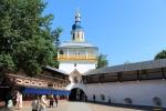 Печоры. Псково-Печерский Свято-Успенский мужской монастырь. Святые врата под Петровской башней