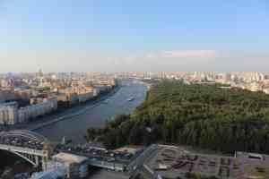 Вид на Москву-реку из ресторана Sky Lounge. Здание Российской Академии наук (Золотые мозги) (Москва)