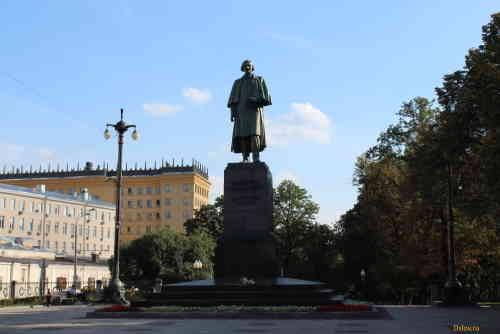 Гоголевский бульвар. Памятник Гоголю Н.В.